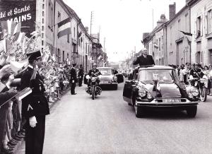 17_General_charles_de_gaulle_visite_isles_sur_suippe_1963